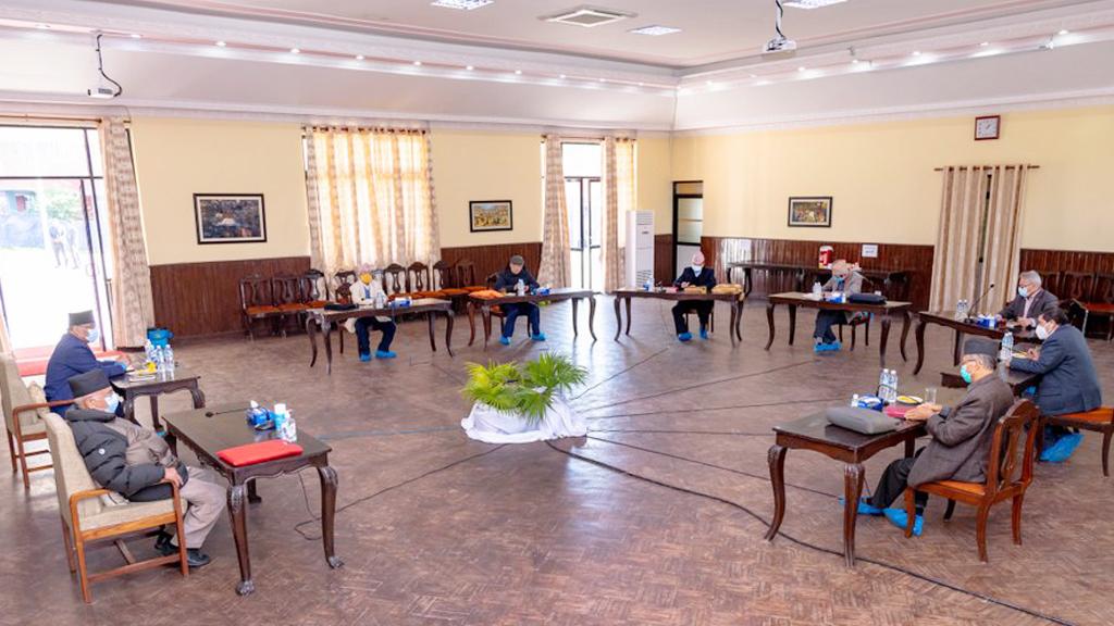 अघिल्लो बैठकमा रातो ज्याकेटमा देखिएका प्रधानमन्त्रीको टेबुलमा रातो झोला!