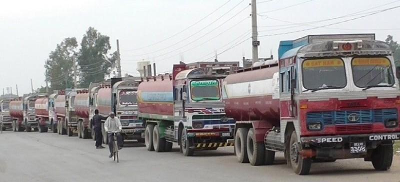 एकैदिन भारतबाट पेट्रोलियम र खाद्यान्न बोकेका ८५ ट्याङ्कर र ट्रक भित्रिए