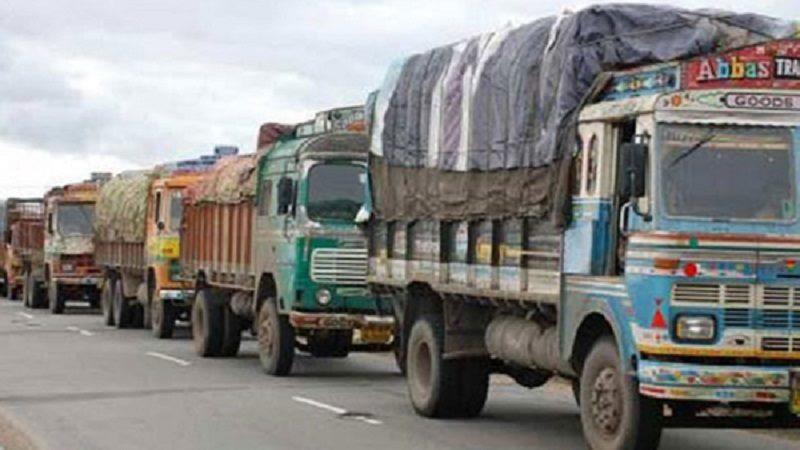 भारतबाट भित्रिए खाद्य र ग्यास बोकेका गाडी