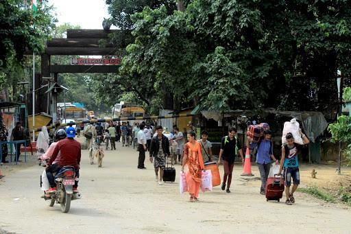 गड्डाचौकीमा भारतबाट स्वदेश फर्कने यात्रुको चाप बढ्यो