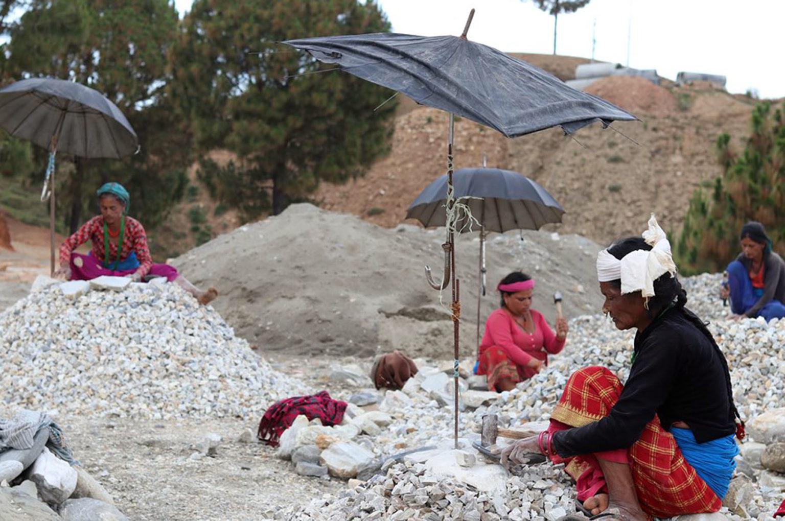 गरिबहरुको गुनासो- 'रहर होइन बाध्यता छ, गिट्टी कुट्ने काम'