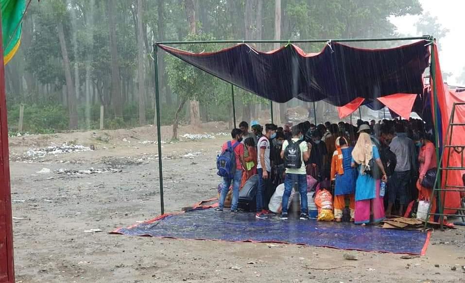 सीमा नाका पुगेका नेपालीलाई वर्षाले समस्या